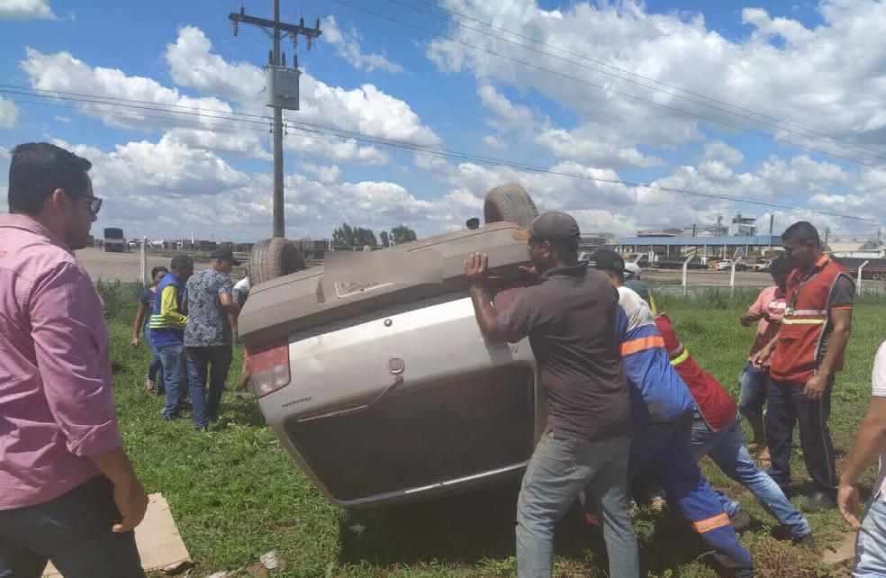 Mulher fica ferida após carro capotar em Luís Eduardo Magalhães, no oeste da Bahia  — Foto: Marlon/Blogbraga