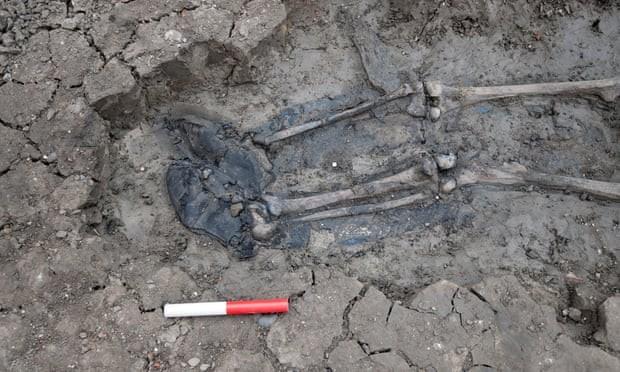 Esqueleto pode ser de homem que morreu há 500 anos (Foto: MOLA Headland Infrastructure)