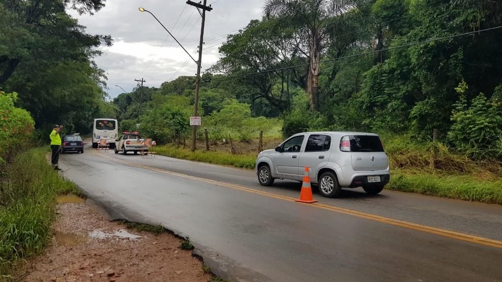 Após alagamento, ônibus permaneceu em rua de Jarinu e trânsito foi desviado — Foto: Moniele Nogueira/TV TEM