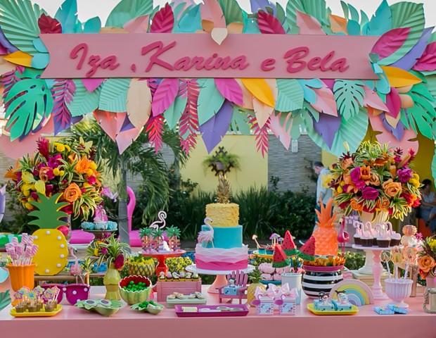 Close da mesa, que reuniu elementos coloridos, muitas flores e frutas (Foto: Thaís Galardi/GNT)