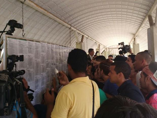 Candidatos da UFPA consultam listão do vestibular 2017 (Foto: Thais Rezende / G1 Pará)