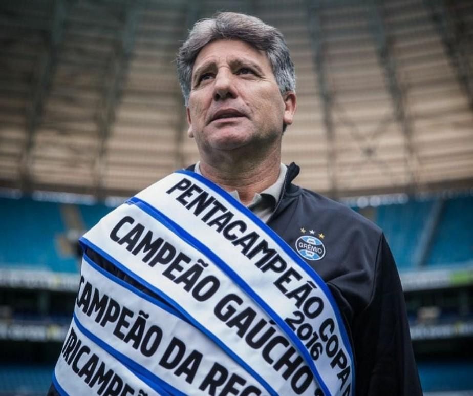 Renato com várias faixas de títulos que venceu como treinador do Grêmio (Foto: Reprodução/Lucas Uebel/Grêmio)