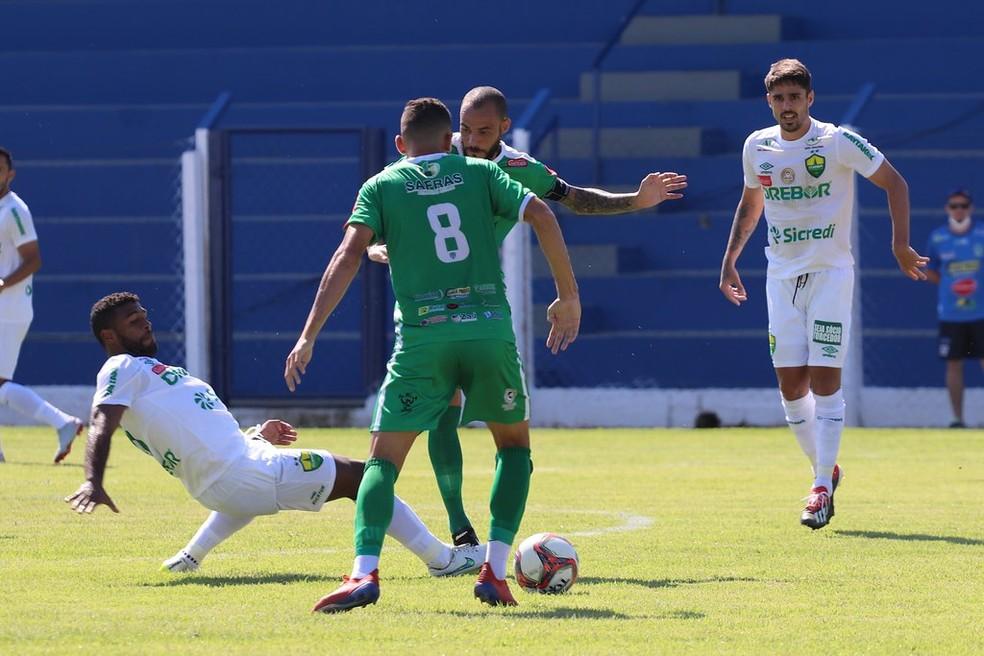Auremir foi um dos principais destaques da partida — Foto: AssCom Dourado