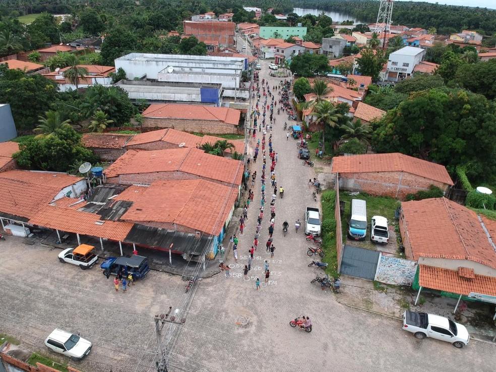 Registro de enorme fila para receber o auxílio emergencial em Barreirinhas, no Maranhão — Foto: Redes Sociais