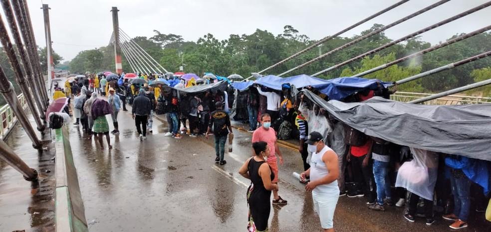 Pelo menos 300 haitianos ocupam ponte da Integração em Assis Brasil — Foto: Arquivo pessoal