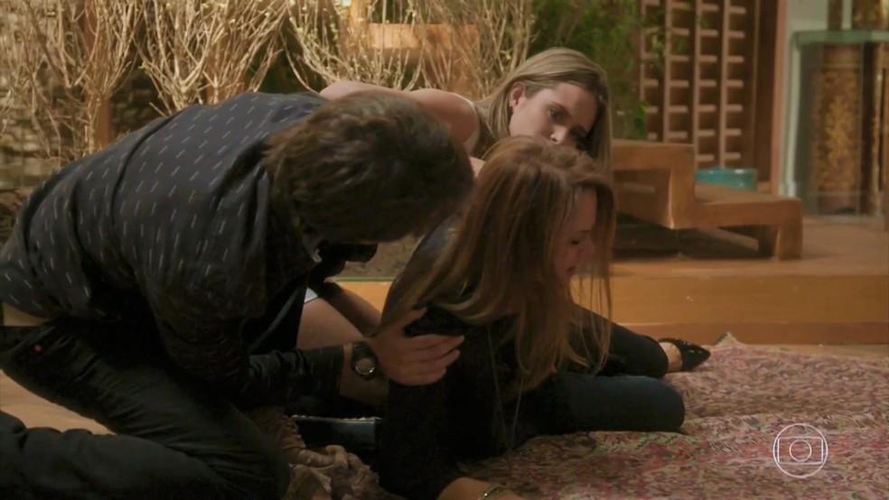 Lili (Vivianne Pasmanter) cai da escada e teme perder o bebê em 'Totalmente Demais' — Foto: TV Globo
