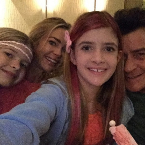 Charlie Sheen, Denise Richards e as filhas do ex-casal em foto antiga (Foto: Instagram)