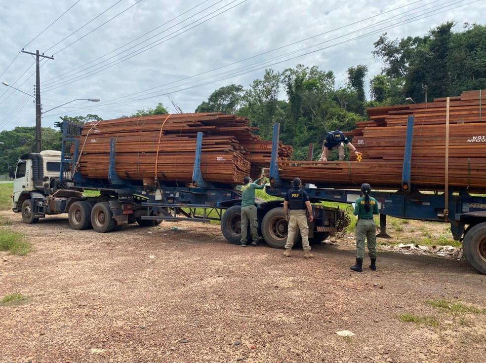 PRF flagrou caminhão com madeira que tinha documentação fals — Foto: PRF/Divulgação