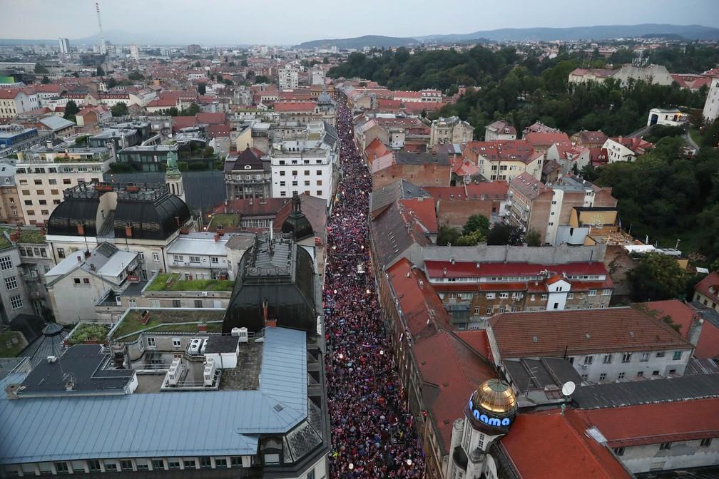 Multidão lota rua de Zagreb vestida com as cores da bandeira da Croácia, à espera da passagem da seleção em carro aberto no retorno após a Copa do Mundo (Foto: Marko Djurica/Reuters)