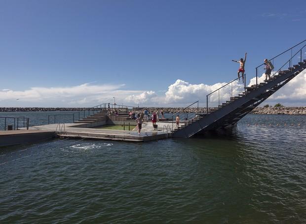 Hasle Havsbad, outro ponto de encontro para tomar sol e nadar construído pelo escritório White Arkitekter em um lago na Dinamarca (Foto: White Arkitekter/Divulgação)