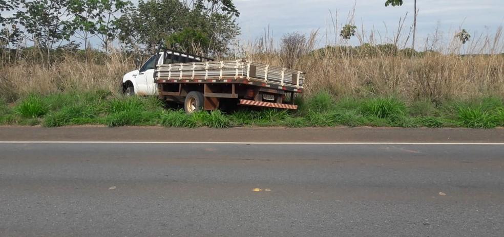Uma das duas caminhonetes roubadas de fazenda de MT foi localizada na beira de rodovia — Foto: Arquivo Pessoal