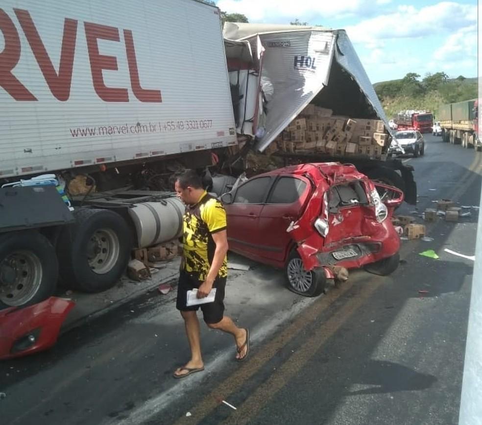 Duas carretas bateram de frente e um carro bateu na traseira de uma delas. — Foto: Divulgação/Corpo de Bombeiros