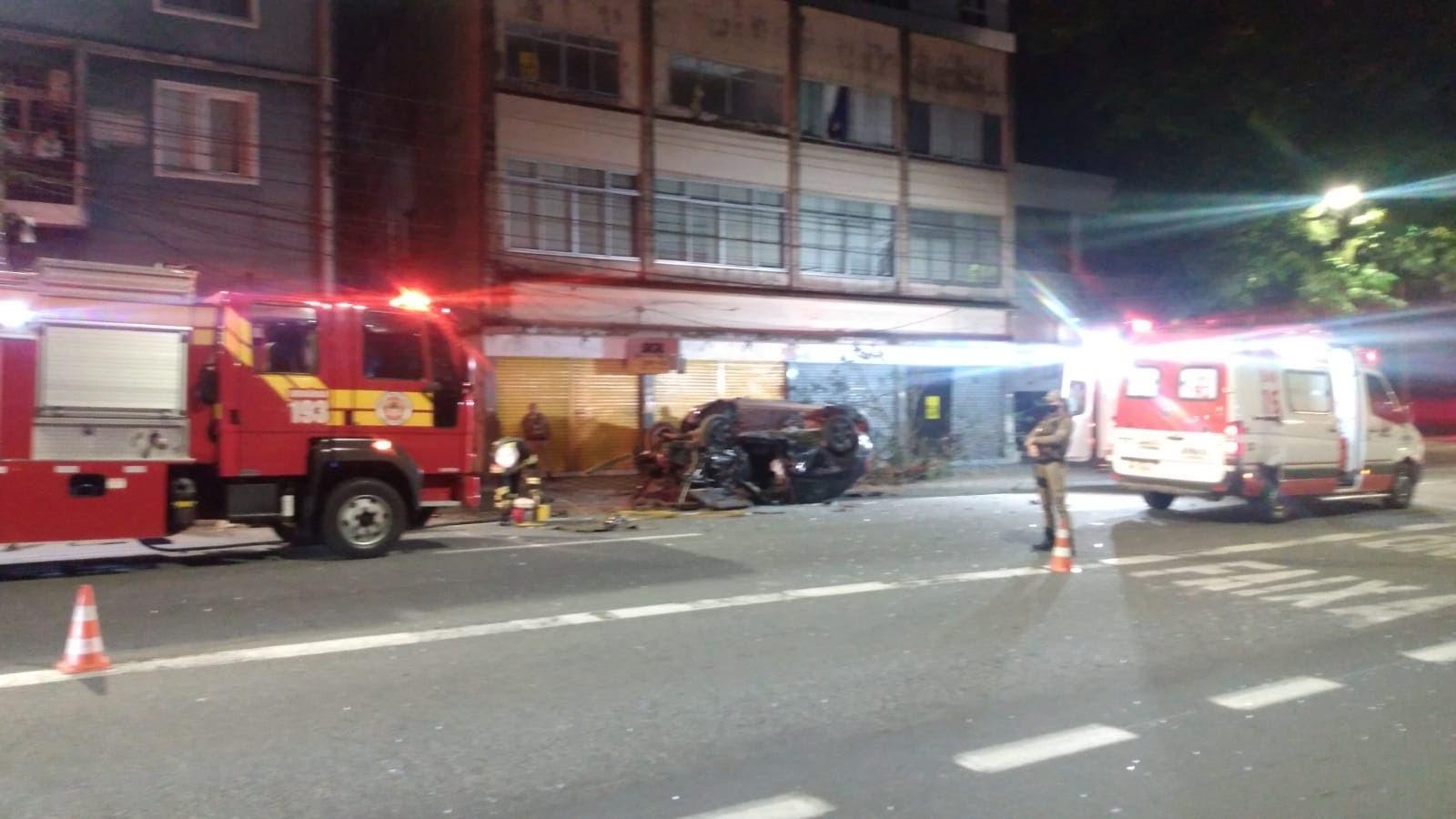 Motor se desprende de carro em acidente que deixou homem morto em Blumenau