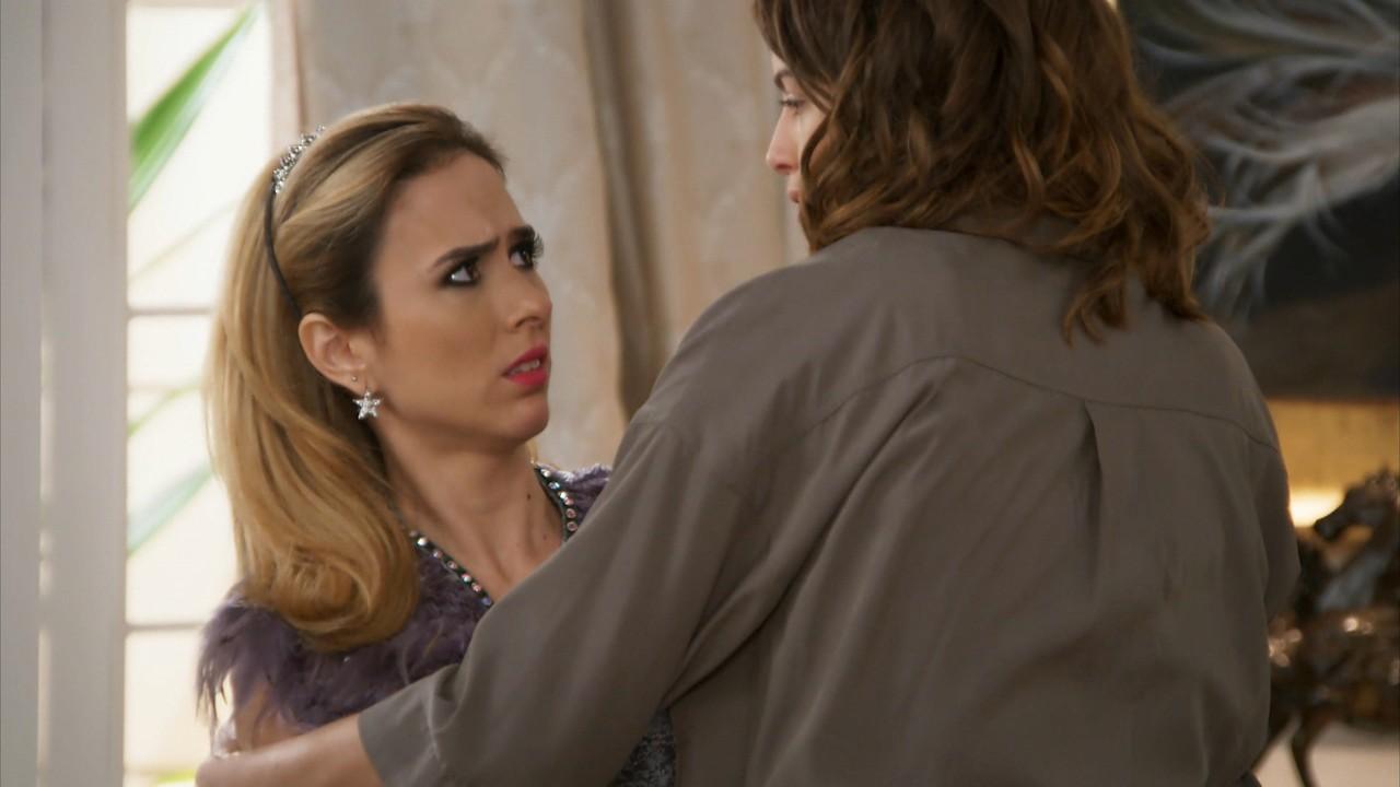 Fedora estranha o comportamento de Camila