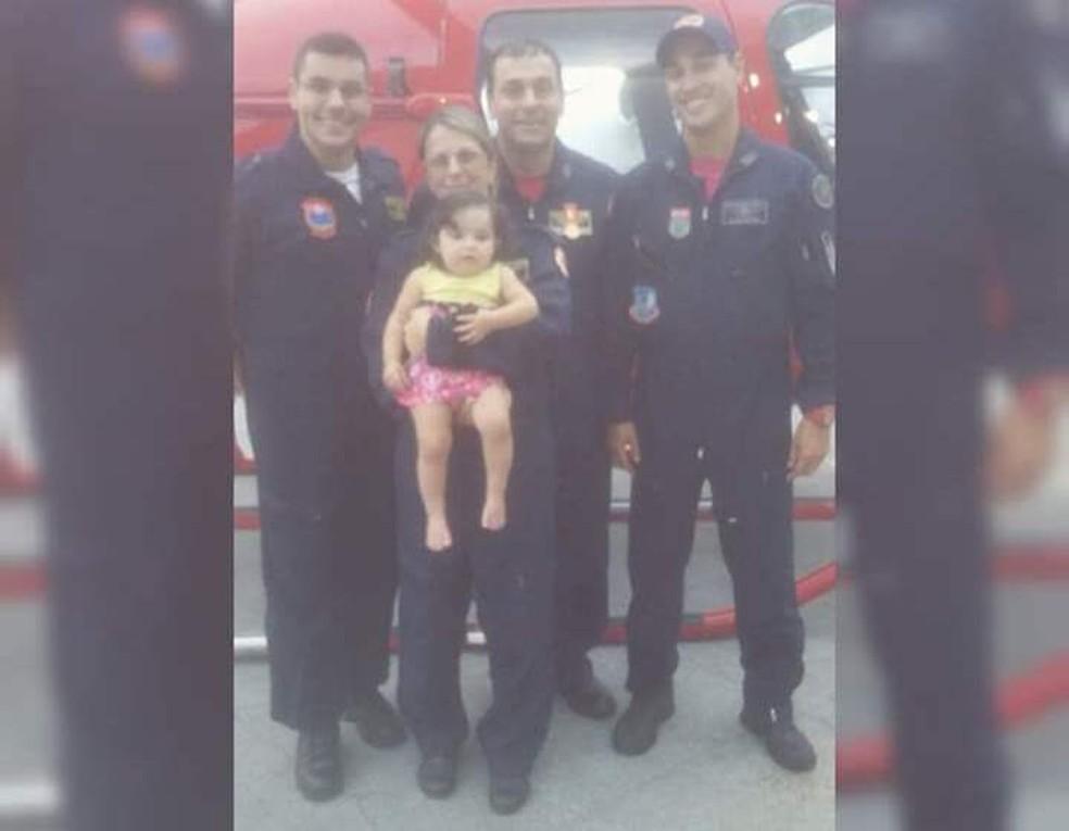 Menina encontrou os socorristas após o salvamento — Foto: Arquivo pessoal/Divulgação