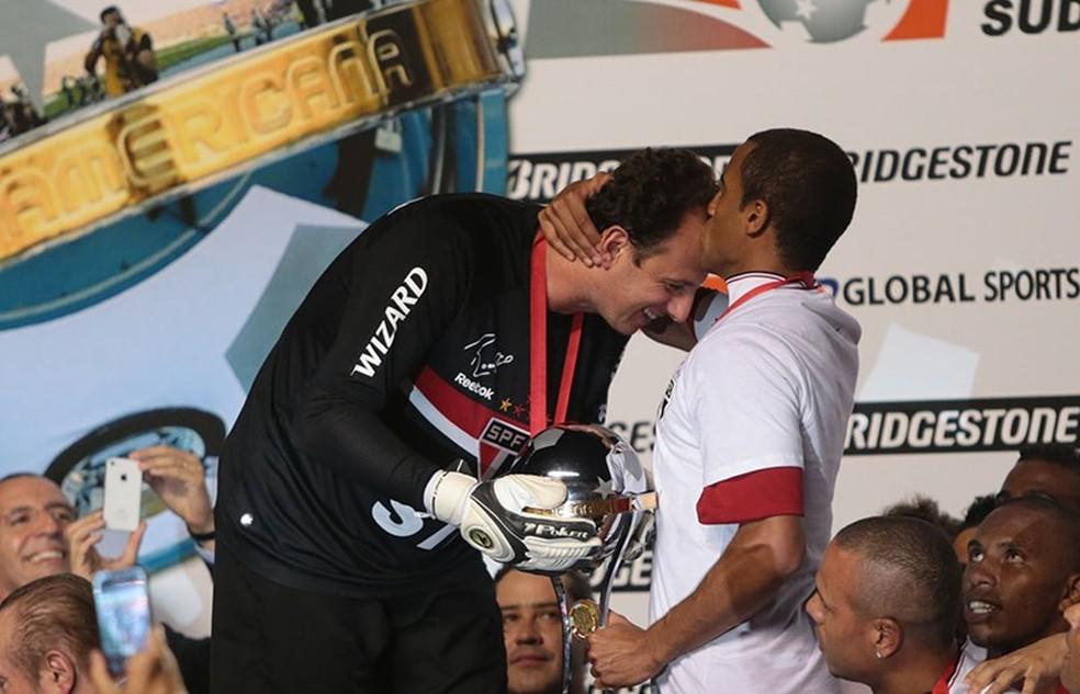 Rogério Ceni e Lucas na comemoração do título da Copa Sul-Americana de 2012 (Foto: Rubens Chiri / www.saopaulofc.net)