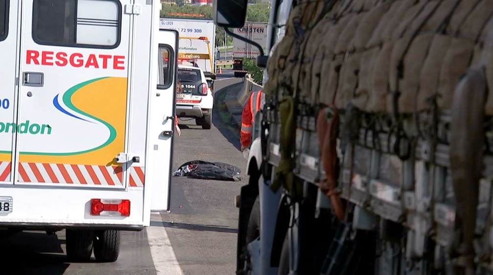 Caminhoneiro foi atingido por caminhão enquanto amarrava um carga de melancias à beira da SP-300 — Foto: TV TEM/Reprodução