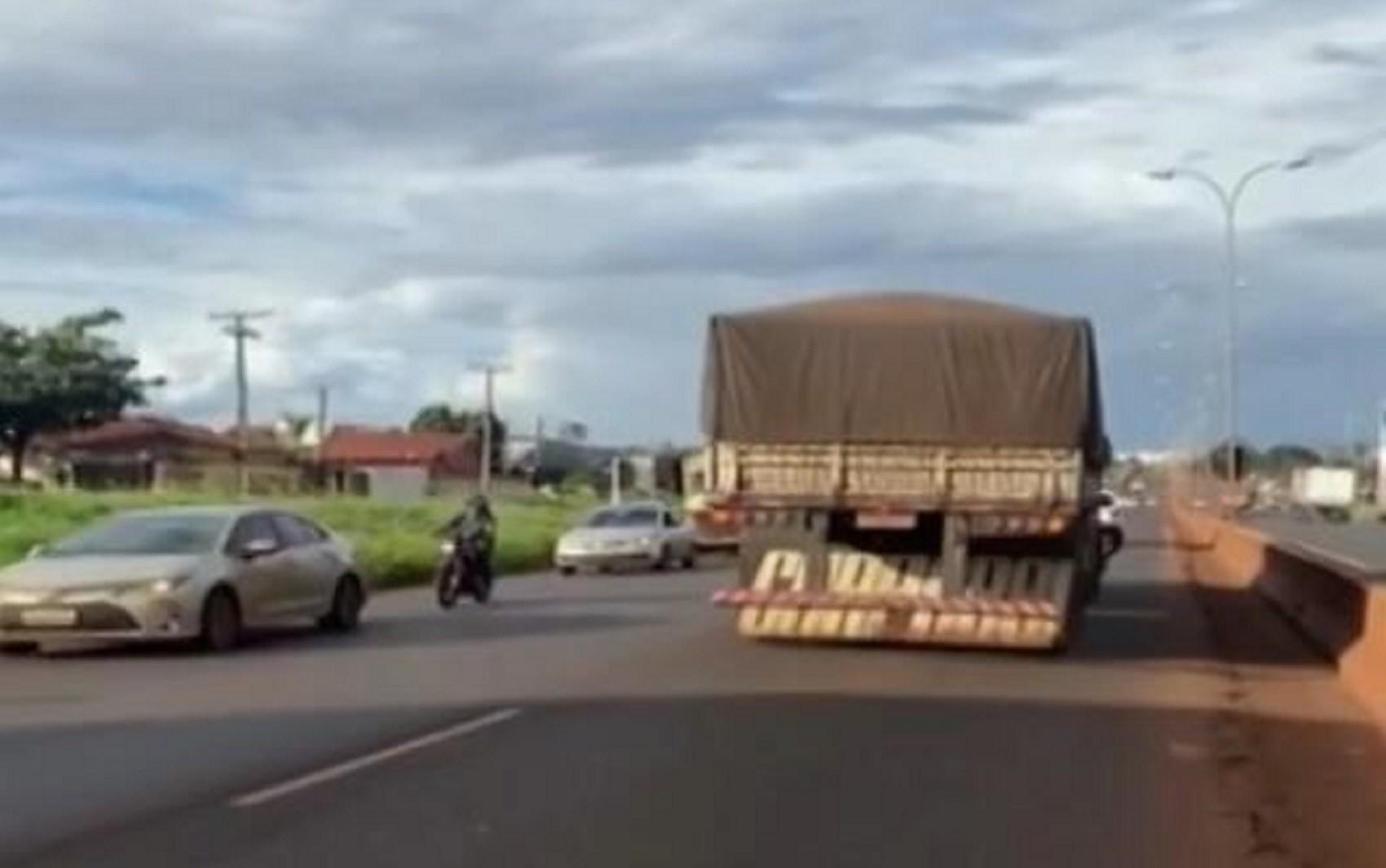 Caminhoneiro é filmado dirigindo bêbado e na contramão da BR-060, diz polícia
