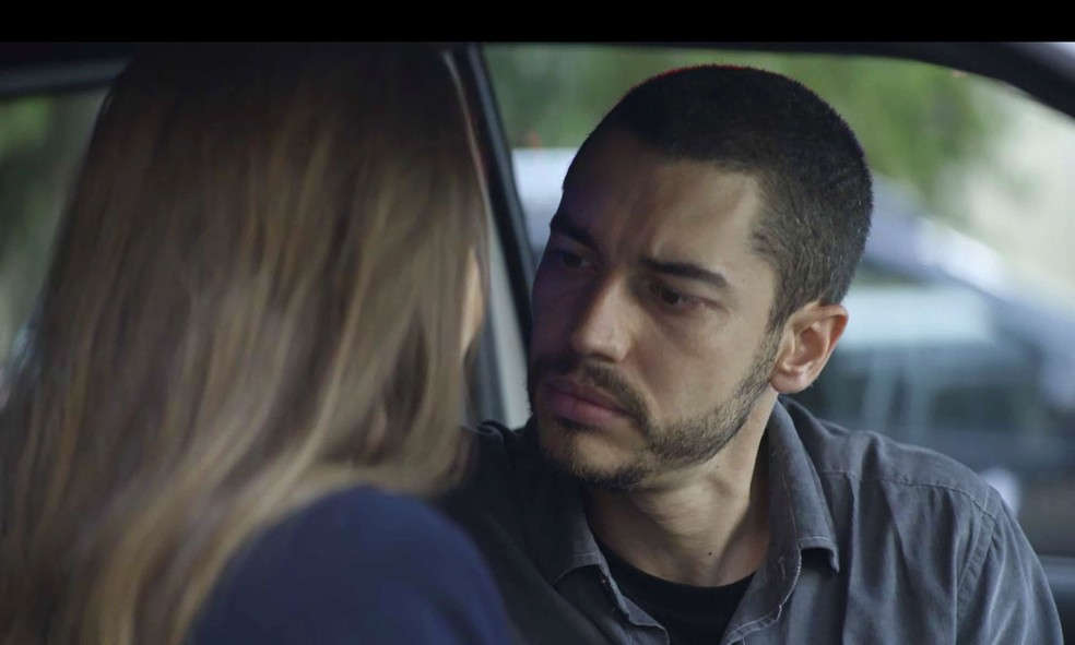 Camilo (Lee Taylor) pede ajuda a Fabiana (Nathalia Dill) para descobrir segredo de Vivi (Paolla Oliveira) em 'A Dona do Pedaço' — Foto: Globo