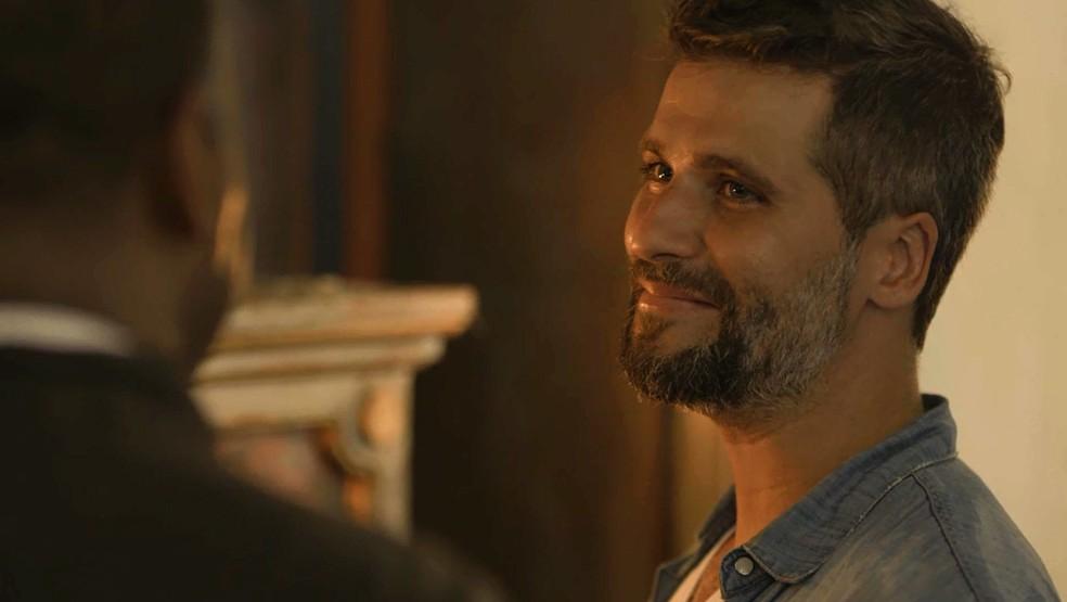 Gabriel (Bruno Gagliasso) espera resposta de Padre Ramiro (Ailton Graça), na novela 'O Sétimo Guardião' — Foto: TV Globo
