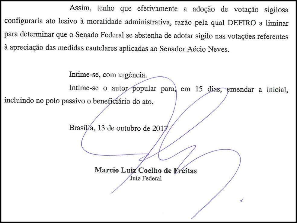 Trecho da decisão de juiz federal de Brasília que determina votação aberta em sessão que analisa afastamento do senador Aécio Neves (PMDB-MG) (Foto: Reprodução)