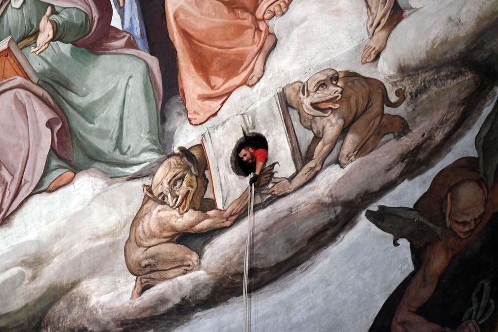 12 de janeiro - Técnico participa da inspeção dos afrescos no domo da Catedral Santa Maria del Fiore, datados do século XV, em Florença, na Itália (Foto: Claudio Giovannini/Opera del Duomo press office via AP)