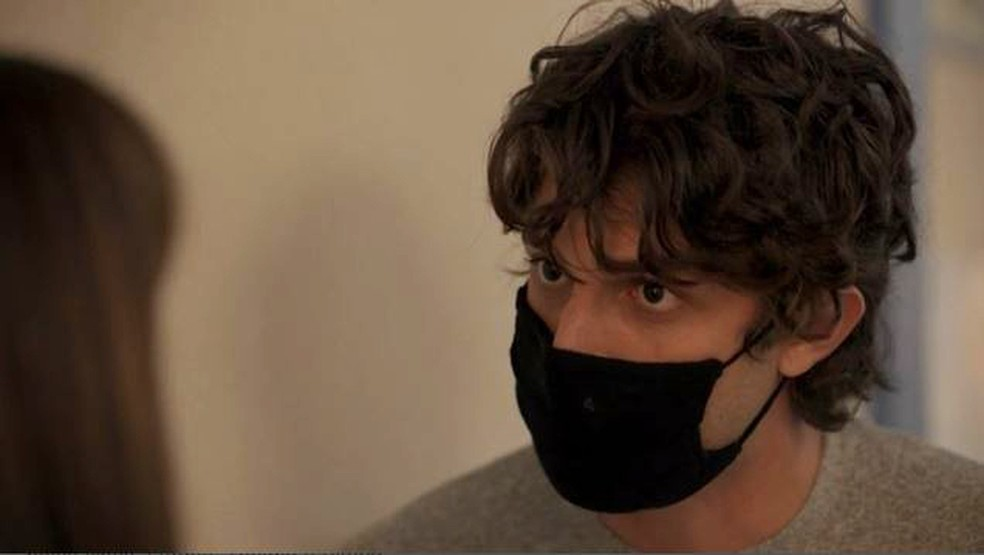 Danilo (Chay Suede) dá ultimato em Thelma (Adriana Esteves) em 'Amor de Mãe' — Foto: Globo