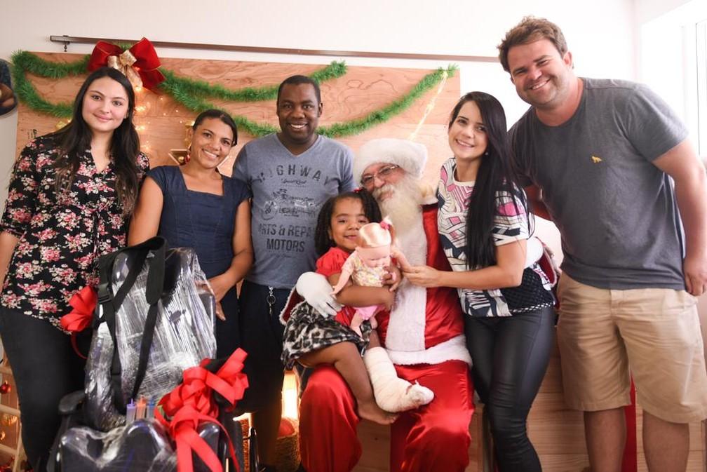 Fotógrafa, pais de Patrícia, Papai Noel, Larissa e o empresário Bruno Leal reunidos — Foto: Greyce Coli/Divulgação