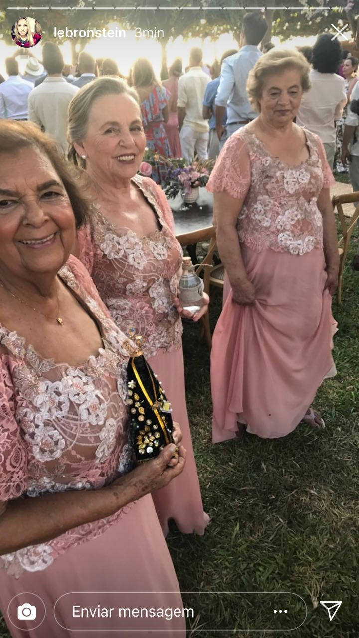 Grandmothers of the bride and groom take the rings (photo: reproduction Instagram)