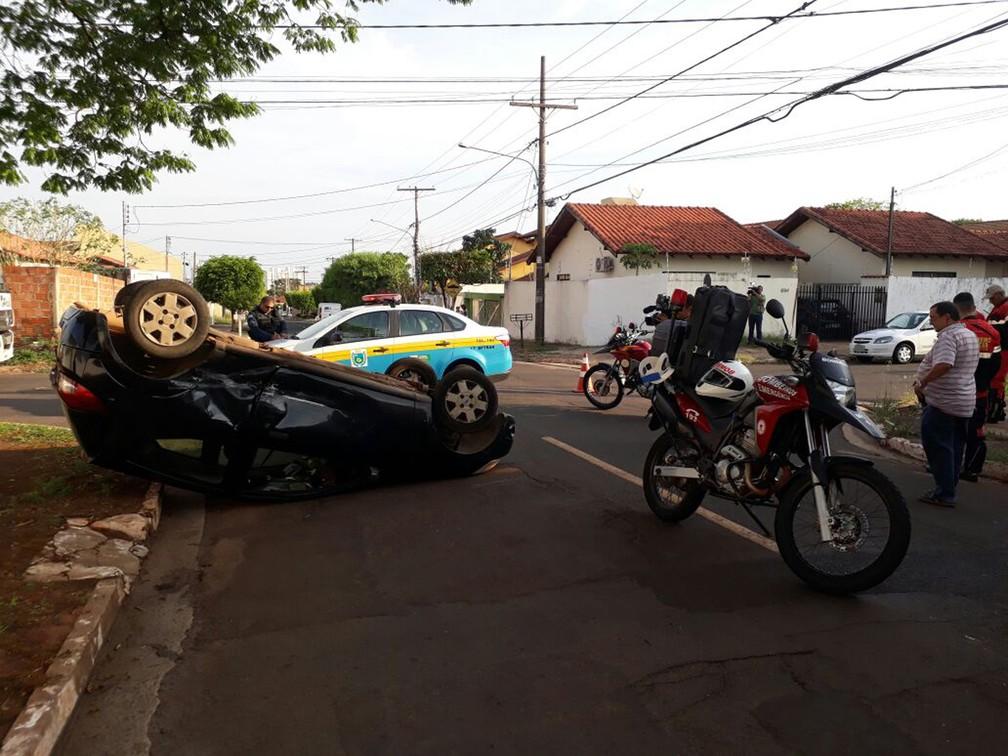 Carro com as rodas para cima na rua Santa Lina (Foto: Jeferson Ageitos/TV Morena)