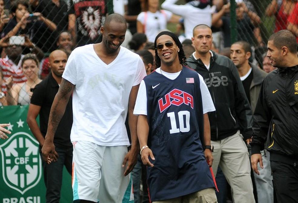 Kobe com Ronaldinho em evento em 2016 — Foto: Alexandre Durão