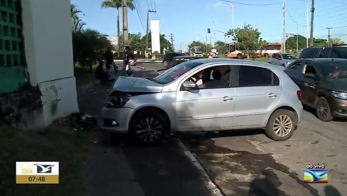 Motorista perde controle do carro e colide contra muro da UFMA em São Luís