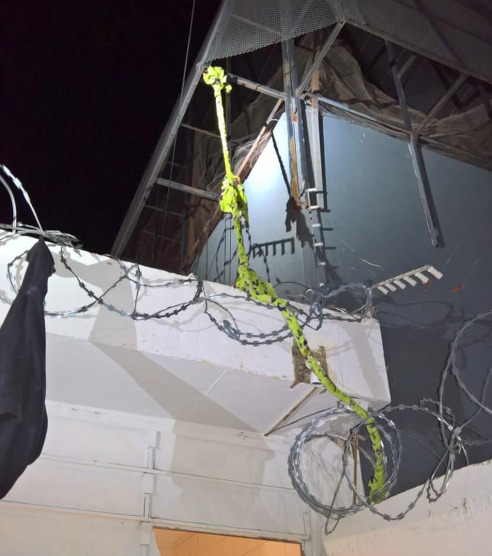 Presos escaparam por uma corda depois de abrirem um buraco no teto — Foto: Divulgação