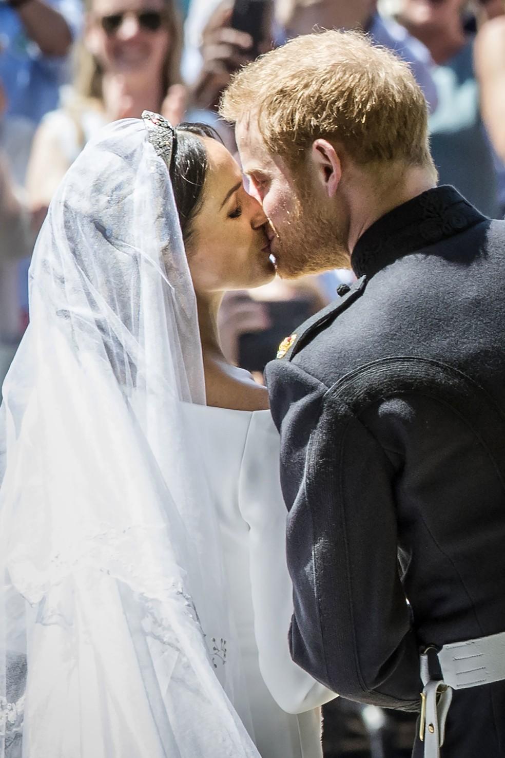 Principe Harry beija a esposa Meghan Markle (Foto: Danny Lawso/POOL/AFP)