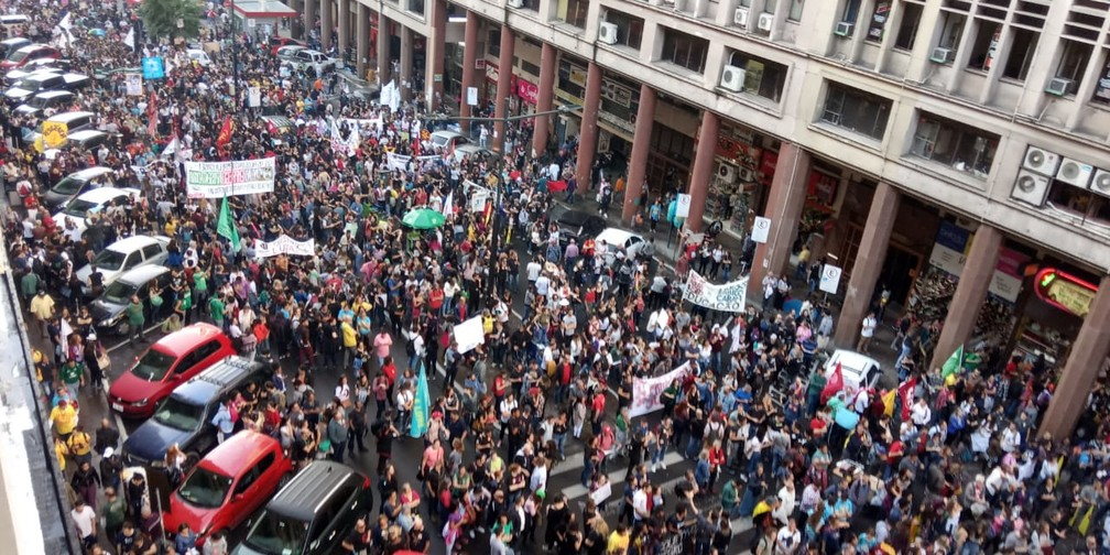 Manifestantes reunidos na Esquina Democrática, em Porto Alegre (RS) — Foto: Jonas Campos/RBS TV