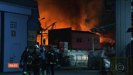Empresa de reciclagem pega fogo por causa da queda de balão em São Bernardo do Campo (SP)
