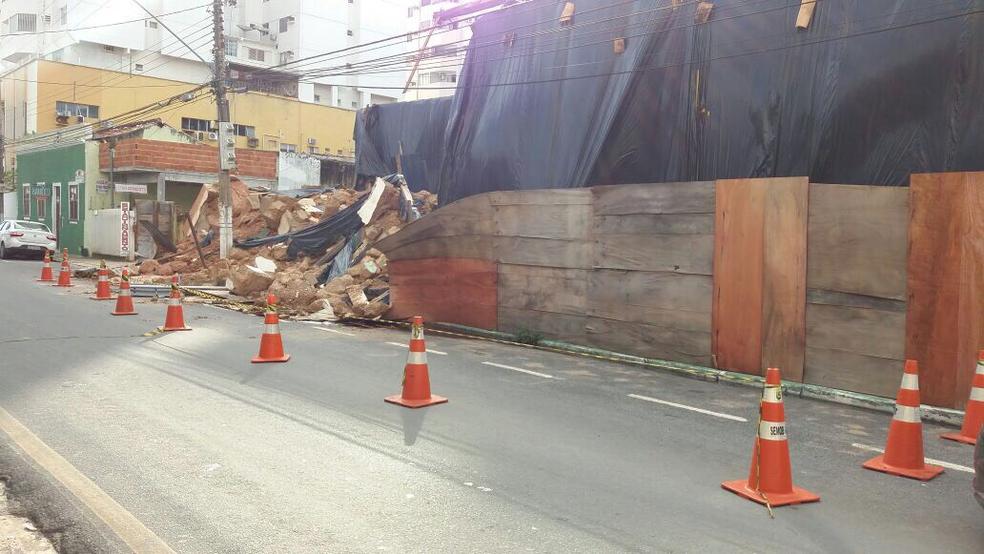 Parte da Rua Barão de Melgaço foi interditada após desabamento (Foto: Pollyana Araújo/G1)