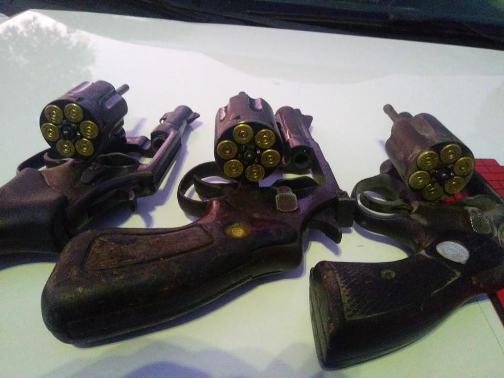 Armas foram apreendidas após tiroteio entre suspeitos e policiais em Mossoró, RN — Foto: PM/Divulgação