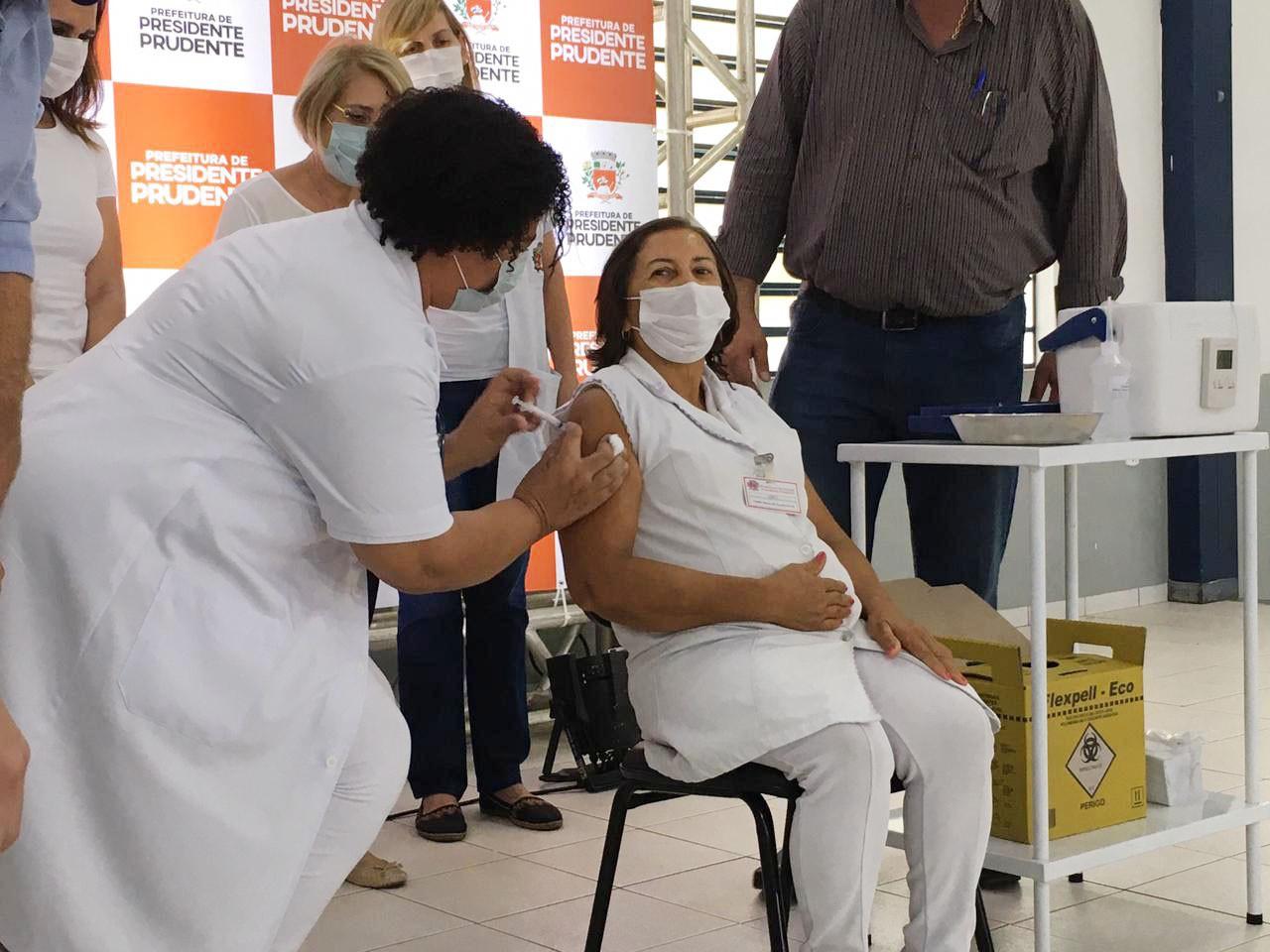 Auxiliar de enfermagem de 61 anos é a primeira pessoa a receber a vacina contra a Covid-19 em Presidente Prudente
