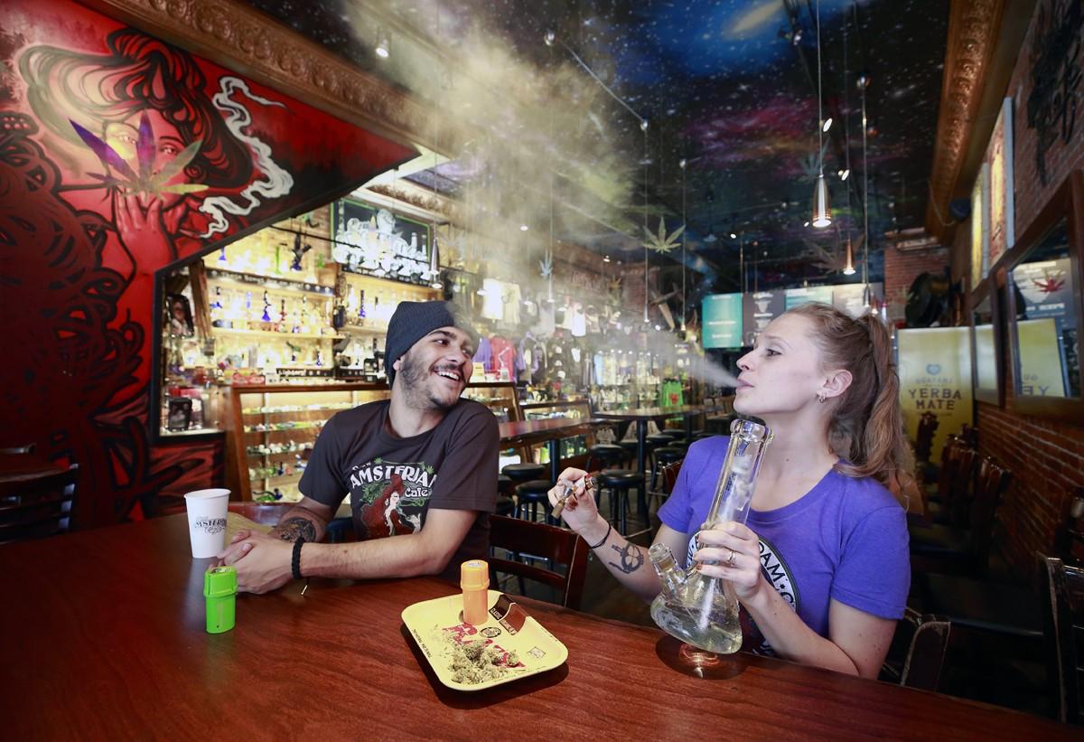 New Amsterdam Cafe em Vancouver, na Columbia Britânica, é um dos novos points da maconha no Canadá (Foto: Getty Images)