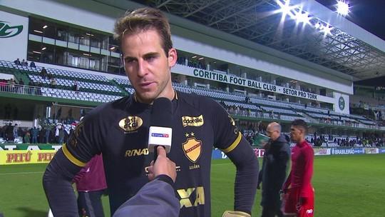 """Pasinato nega falha no segundo gol do Coritiba: """"A bola veio variando muito"""""""