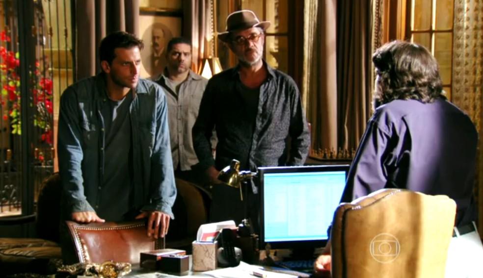 Dom Rafael (Cesar Troncoso) decide poupar a vida de Cassiano (Henri Castelli), em 'Flor do Caribe' — Foto: Globo