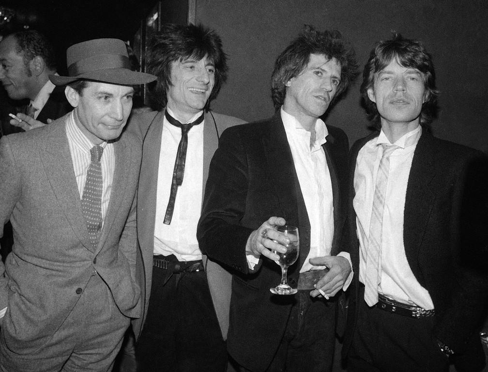 """Charlie Watts, Ron Wood, Keith Richards e Mick Jagger, membros do Rolling Stones, aparecem na festa da estreia do filme """"Vamos passar a noite juntos"""", em Nova York, em 18 de janeiro de 1983 — Foto: AP Photo/Carlos Rene Perez, File"""