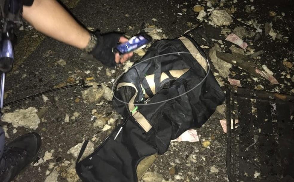 Bolsa com explosivos foi encontrada no local do crime — Foto: Jair Sampaio