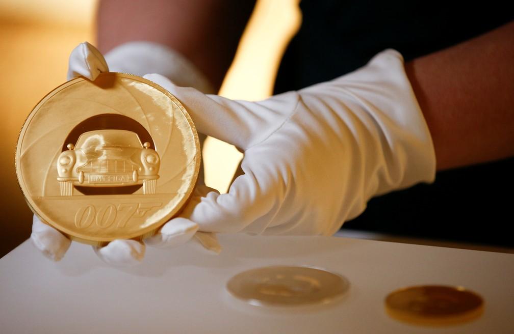 Moeda de ouro de 7kg em homenagem a James Bond — Foto: REUTERS/Henry Nicholls