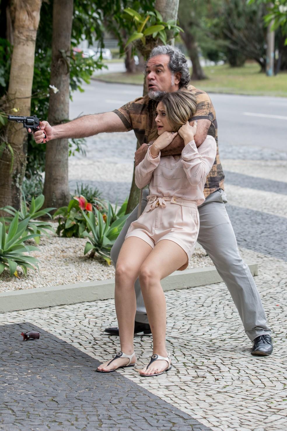 Em 'A Força do Querer', vício de Silvana (Lilia Cabral) em jogo colocará a vida de Simone (Juliana Paiva) em risco — Foto: Fábio Rocha/Gshow