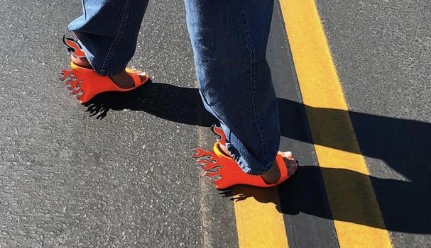 A sandália da Prada é a sensação dp street style (Foto: Imaxtree)