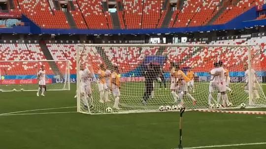 Com dois goleiros machucados, técnico da Tunísia treina no gol e tenta animar elenco