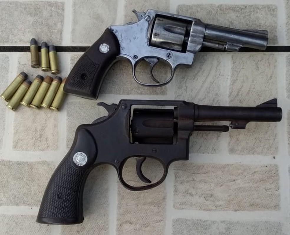 Com os suspeitos, a polícia apreendeu duas armas de fogo e várias munições, na Paraíba — Foto: Polícia Civil/Divulgação