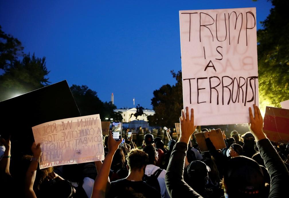 'Trump é um terrorista', diz cartaz de manifestante em ato em Washington, nos EUA, neste domingo (31) — Foto: Jim Bourg/Reuters
